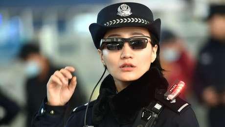 Através dos novos óculos inteligentes, polícia pode fotografar e acessar base de dados