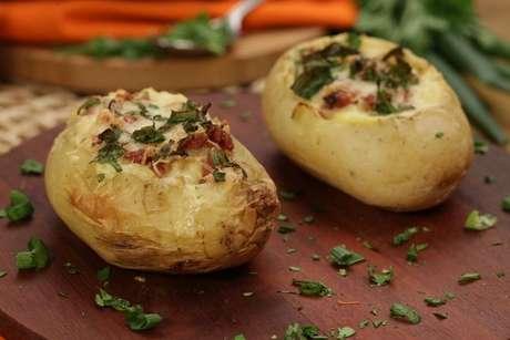 Batatas recheadas salpicadas com cebolinha