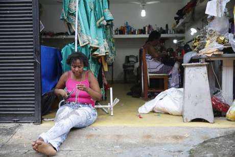 Estilista confecciona roupa de integrantes de escolas de samba -