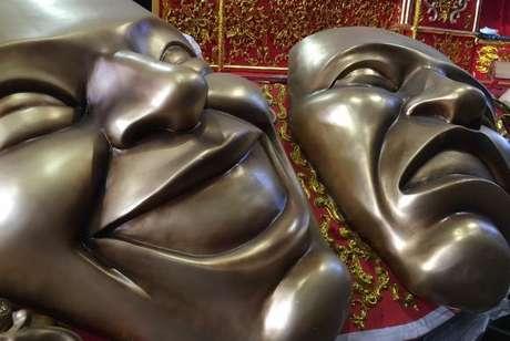 As máscaras-símbolo do teatro decoram uma das alegorias em homenagem ao artista Miguel Falabella