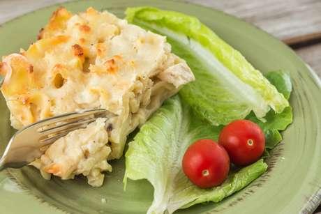 Fatia de lasanha de frango com queijo
