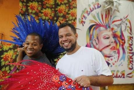 Os estilistas Leandro dos Santos e Leonardo Leonel são responsáveis pela confecção das roupas de sete dos 13 casais de mestre-sala e porta-bandeira das escolas de samba do Grupo Especial -