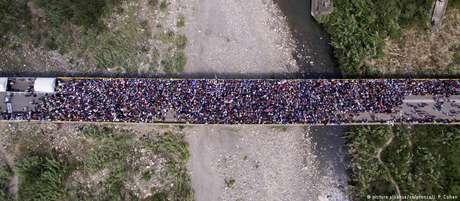 Migrantes se acumularam durante horas na fronteira Venezuela-Colômbia
