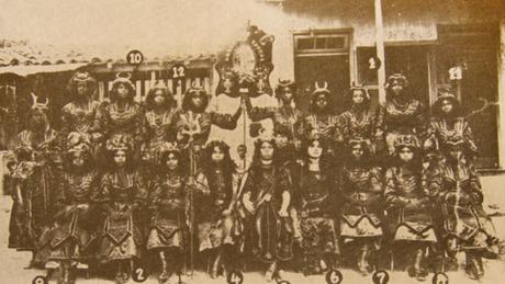 """Integrantes do rancho Ameno Resedá na apresentação """"A corte de Belzebu"""", em 1911 (crédito: UFF)"""