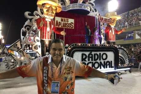 Carnavalesco Jaime Cezário, no desfile da Porto da Pedra, que homenageou as dez cantoras eleitas com o título de Rainha do Rádio