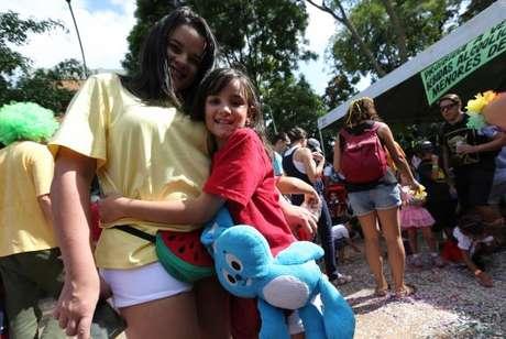 Brasília - Calina e Beatriz Maurer se fantasiaram de Magali e Mônica para cair na folia no bloco de rua infantil Tesourinha