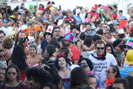 Brasília – Bloco Eduardo e Mônica anima foliões ao som de rock, no Setor Sudoeste