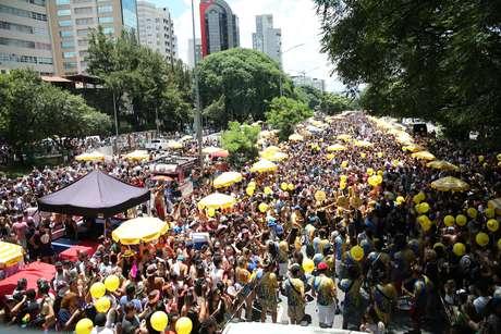 Milhares de pessoas invadiram neste domingo, em São Paulo, a avenida 23 de Maio, que pela primeira vez foi fechada para carros no Carnaval.