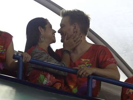 Michel Teló e Thais Fersoza trocam beijos no Camarote Guanabara, na Marquês de Sapucaí, no Rio de Janeiro, na madrugada deste domingo, 11 de fevereiro de 2018