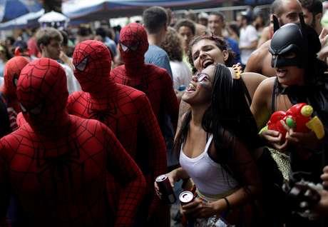 Um bom alongamento ajuda a curtir o Carnaval e aliviar a dor pós-folia