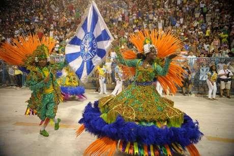 Casal de mestre-sala e porta-bandeira da Beija-flor durante desfile na Marquês de Sapucaí