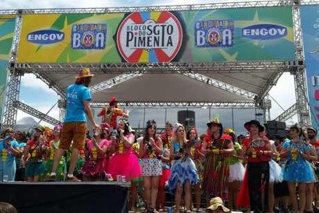 Bloco do Sargento Pimenta empolga a multidão misturando canções da banda britânica com baião, maracatu, ijexá, samba-reggae e o tradicional batidão do funk