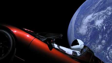 Tesla Roadster e seu Starman no espaço (Reprodução: SpaceX)