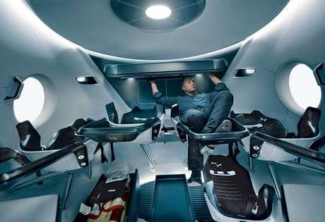 Musk testa o interior da Crew Dragon (Reprodução: SpaceX)