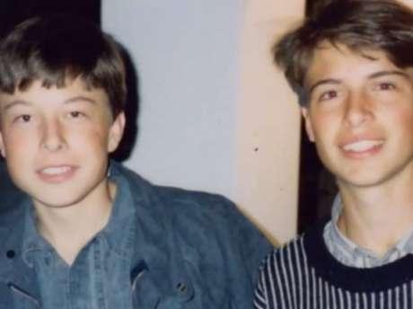 Elon Musk (à esquerda) na época em que sofria bullying (Reprodução: Divulgação)