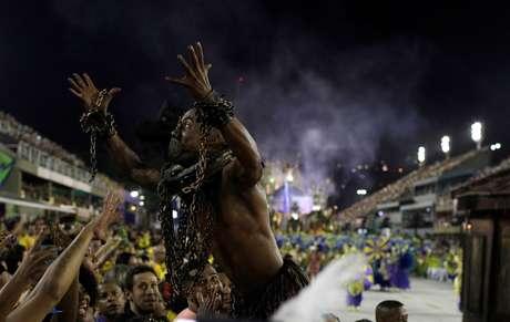 Na primeira noite de desfiles, a passagem da Paraíso do Tuiuti foi marcada por protesto