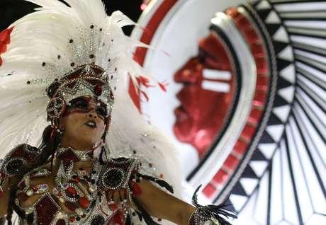 Desfile da Mangueira foi marcado pro protesto contra corte de verbas do governo