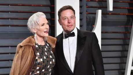 Maye Musk com seu filho, o multimilionário Elon Tusk, na festa de premiação do Oscar