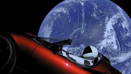 Tesla Roadster alcançou órbita da Terra em uma primeira parada em seu caminho sem retorno. (Foto: SpaceX)