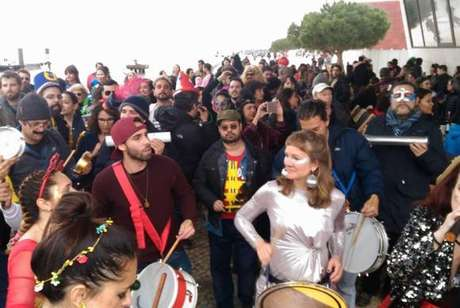 Bloco Bué Tolo, inspirado no Boi Tolo, que arrasta multidões no Rio de Janeiro, agita nas ruas de Lisboa