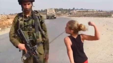 Quando tinha 11 anos, Ahed Tamimi foi filmada ameaçando dar um soco num soldado israelense | Imagem: YouTube