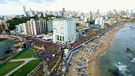 Foliões lotam as ruas de Salvador desde a última quinta-feira (8)