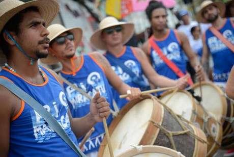 O Bloco Rio Maracatu inspirado na temática do Maracatu de Baque Virado, do Recife, leva batuque à orla de Ipanema