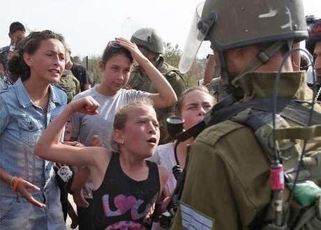 Desde criança Ahed acompanha os pais nos protestos contra os assentamentos judaicos