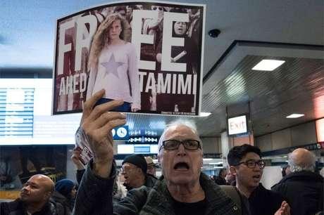 Manifestantes em diferentes lugares do mundo pedem a liberdade da adolescente