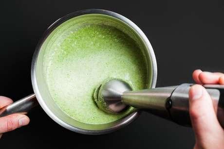Mixer preparando um creme verde de abacate