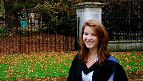 Uma década após iniciar estudos em uma instituição de ensino formal, sem qualquer tipo de formação, Tara se formou em Cambridge