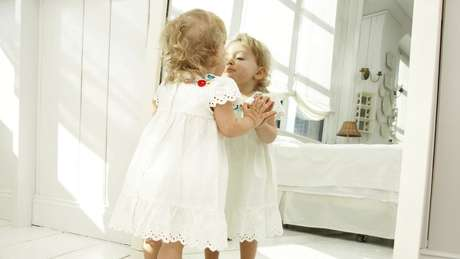 As crianças começam a sentir curiosidade pelo próprio corpo desde cedo