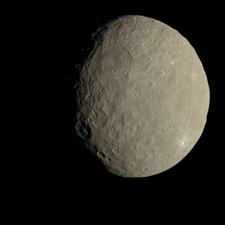 Produzida pelo Centro Aeroespacial Alemão, essa imagem do asteroide Ceres combina várias fotos tiradas pela sonda da Nada Dawn, em 2015