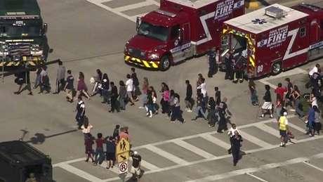 Estudantes são evacuados da escola Marjory Stoneman Douglas High School; autor suspeito pelo ataque foi detido