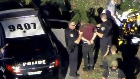 Homem foi levado pela polícia após tiroteio em escola na Flórida