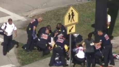 Agentes prestam primeiros socorros às vítimas de ataque em escola da Flórida