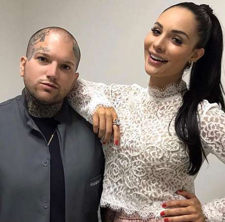 Sucesso entre famosas tatuador inova ao camuflar estrias for Yellow tattoo on dark skin