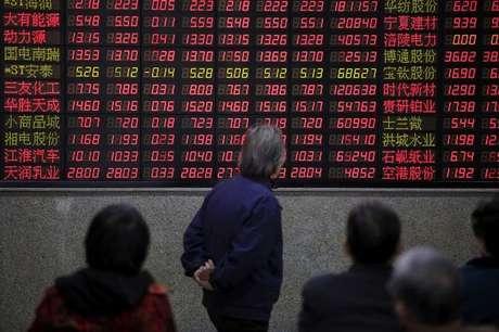 Investidores observam dados de ações em casa de corretagem em Xangai, na China 07/03/2016 REUTERS/Aly Song
