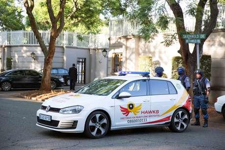 Polícia sul-africana bloqueia rua ao redor de casa da família Gupta em Johanesburgo 14/02/2018 REUTERS/James Oatway