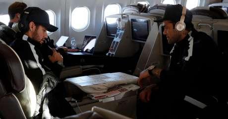 Neymar e Daniel Alves se distraem em viagem rumo a Madri (Foto: Reprodução / Twitter do PSG)
