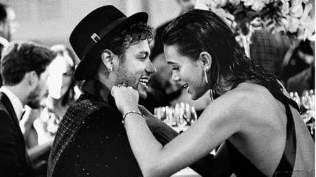 """O craque Neymar também se declarou para a atriz, no Valentines Day. """"Feliz dia dos Namorados. Amo você"""", publicou o craque"""