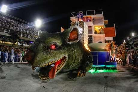 """Rato gigante """"puxou"""" carro alusivo ao prédio da Petrobras"""