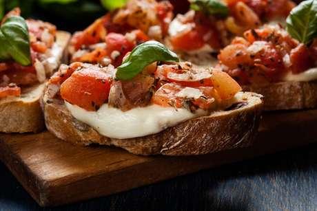 Brusqueta de tomate com manjericão