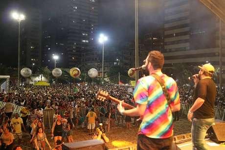 Em Fortaleza, foliões cantaram 'Evidências' durante o Carnaval, na Praia de Iracema