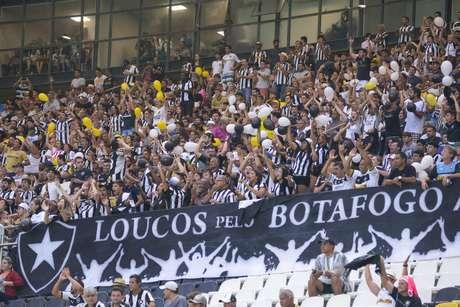 Torcedores do Botafogo-RJ no Estádio Kleber Andrade, em Vitória (ES), durante partida contra a Desportiva-ES