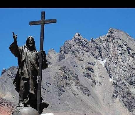 O Cristo Redentor dos Andes, na fronteira entre Argentina e Chile.