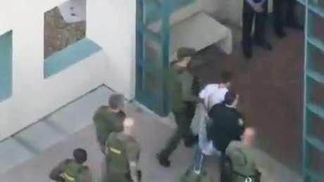 Polícia escolta Nikolas Cruz, que foi detido depois do massacre na escola na Flórida