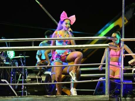 Anitta usou look azul com lação no Bloco das Poderosas no circuito Barra-Ondina, em Salvador