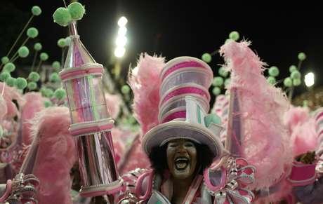 """Neste ano, a Mangueira levou à Avenida o samba-enredo: """"Com dinheiro ou sem dinheiro eu brinco"""""""