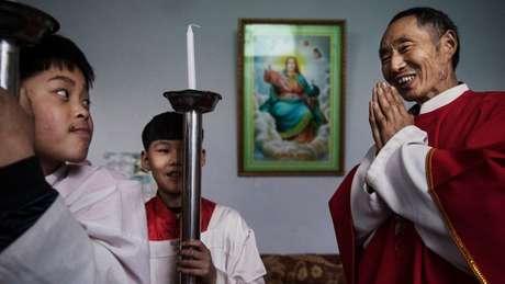 Un cura varios y monaguillos de la iglesia clandestina china se preparan para celebrar una procesión por el Domingo de Ramos cerca de Shijiazhuang, en la provincia de Hebei.